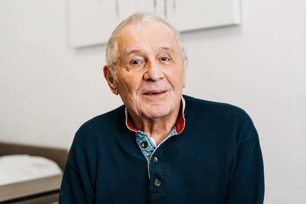Ritratto di uomo anziano caucasico a casa