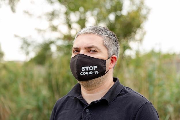 Ritratto di uomo caucasico in una maschera medica contro l'inquinamento atmosferico