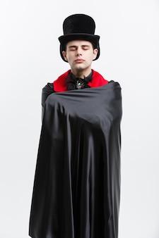 Ritratto del vampiro caucasico che dorme in costume di dracula di halloween.
