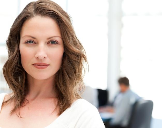 Ritratto di una donna carismatica in una riunione