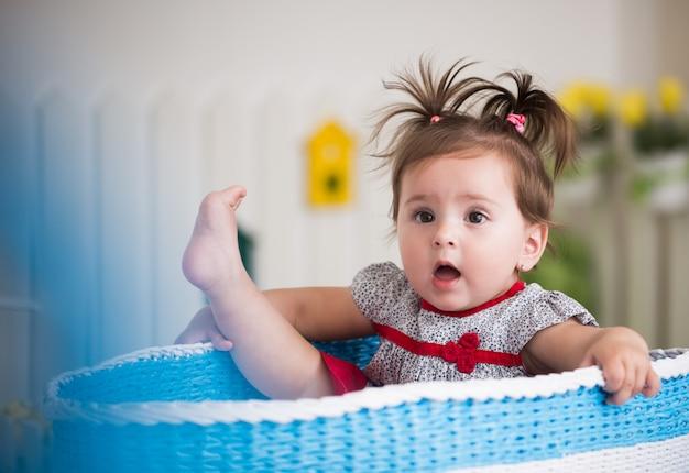 Ritratto di una bella bambina affascinante