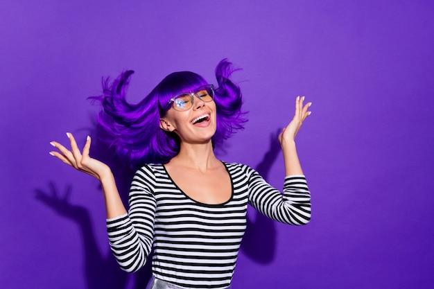 Ritratto di giovane affascinante alzando le mani palme chiudere gli occhi isolati su sfondo viola viola