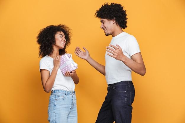 Ritratto di un allegro uomo africano che dà la sua ragazza