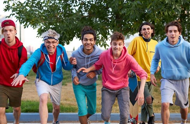 Ritratto di ragazzi adolescenti caucasici allegri all'aperto