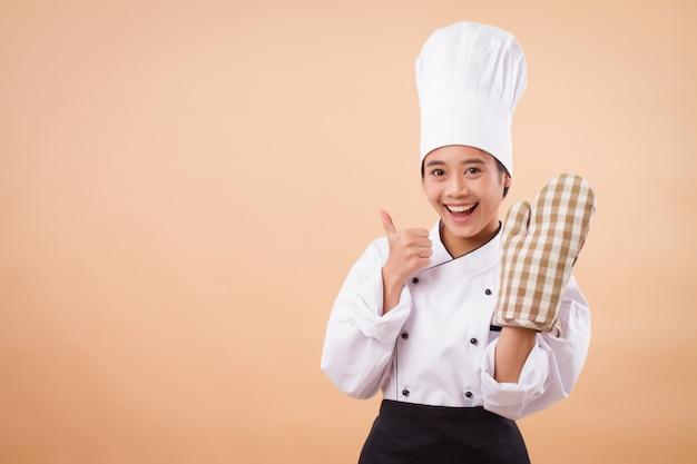 Ritratto di allegro chef femminile