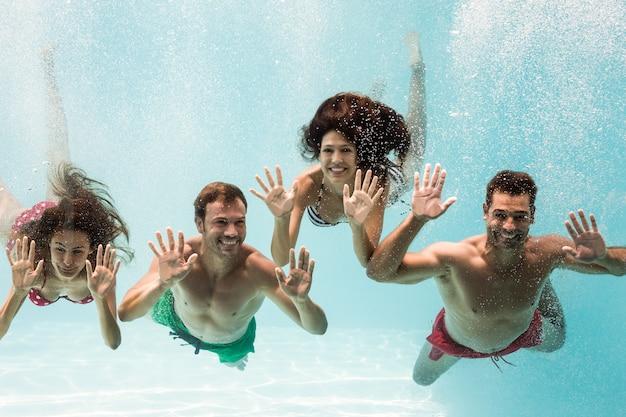 Ritratto di amici allegri nuotare
