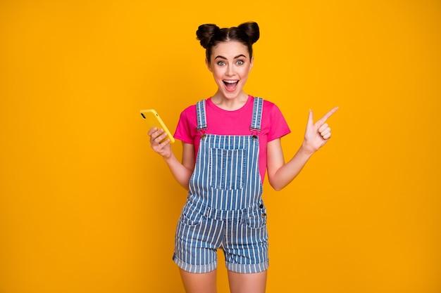 Il ritratto della ragazza allegra usa il copyspace dell'annuncio dello spettacolo del telefono cellulare