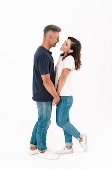Ritratto di una coppia amorosa adulta felice allegra isolata sopra la parete bianca.