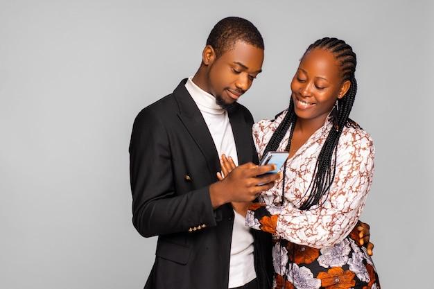 Ritratto di allegra coppia gioiosa che naviga in internet godendo dello shopping online utilizzando lo smartphone. concetto di comunicazione di connessione di reti sociali di tecnologia del dispositivo wireless elettronico di app