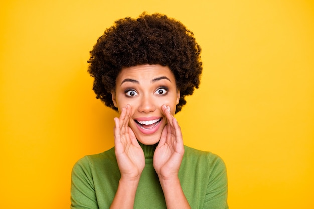 Ritratto di donna dai capelli castani affascinante ondulata riccia positiva allegra che grida buone notizie private a te con l'espressione del viso eccitato.