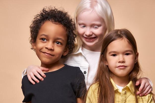 Ritratto di bambini allegri positivi, bambini multietnici isolati