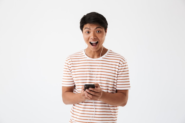 Ritratto di un allegro giovane uomo asiatico