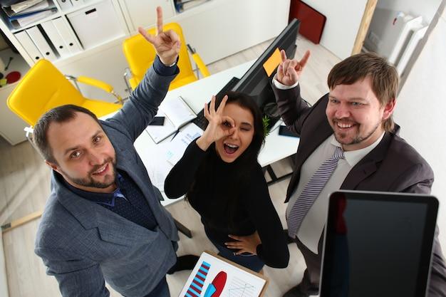 Ritratto di giovani uomini d'affari allegri in ufficio
