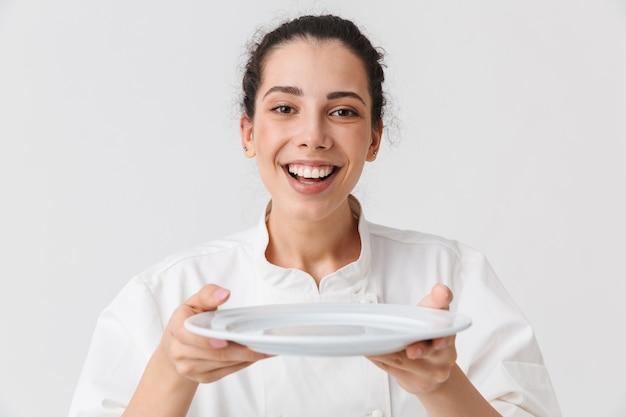 Ritratto di una giovane donna allegra con i piatti