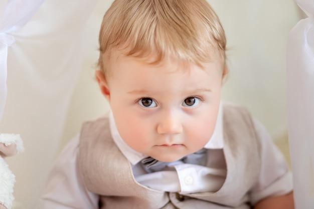 Ritratto di un bambino 1 anno di età ragazzo in giacca e cravatta a farfalla