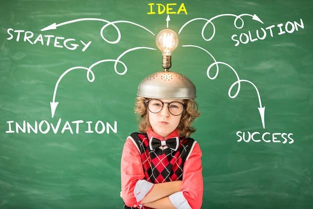 Ritratto di bambino in aula. ragazzo con auricolare per realtà virtuale giocattolo in classe. successo, idea e concetto creativo. di nuovo a scuola