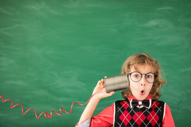Ritratto di bambino in aula. ragazzo con auricolare per realtà virtuale giocattolo in classe. concetto di tecnologia di successo, idea e innovazione. di nuovo a scuola