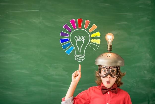 Ritratto di bambino in aula idea di successo e concetto creativo torna a scuola