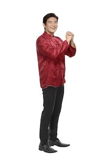 Ritratto di uomo cinese in abiti tradizionali con gesto della mano