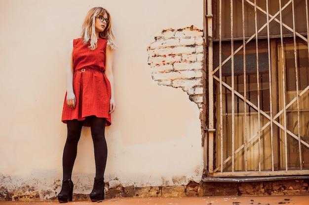 Ritratto della ragazza di città. in posa in cortile, sul tetto.giornata estiva.
