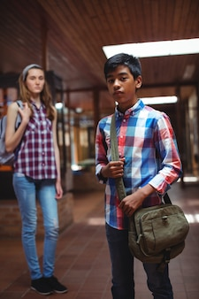 Ritratto di un compagno di classe in piedi nel corridoio
