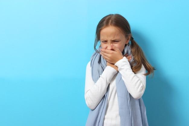 Ritratto di una ragazza fredda su uno sfondo colorato