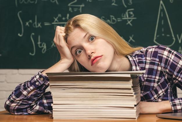 Ritratto di uno studente di college del campus. studente in preparazione per esami universitari. formazione scolastica. conoscenza