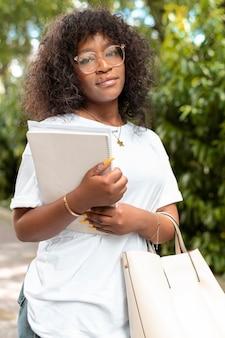 Ritratto di studente universitario con in mano alcuni libri