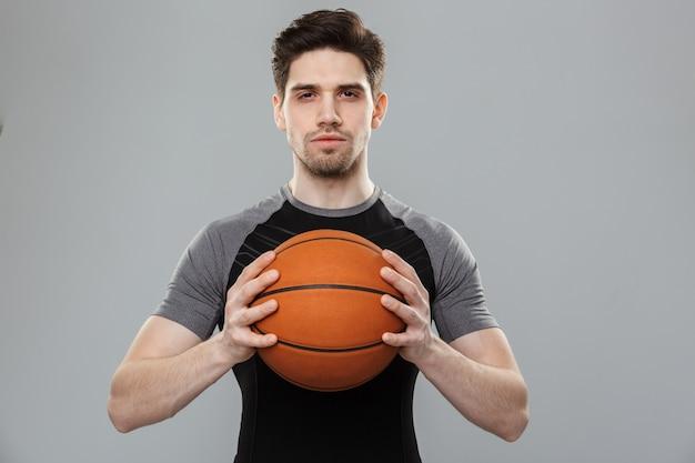 Ritratto di giovane sportivo concentrato