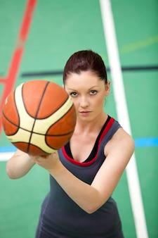 Ritratto di una giovane donna concentrata che gioca pallacanestro