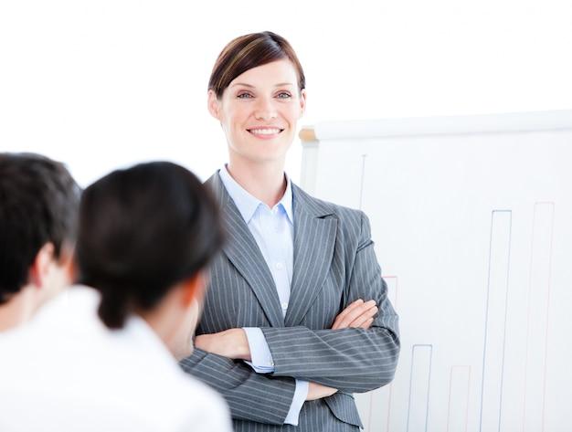 Ritratto di una donna d'affari fiduciosa facendo una presentazione