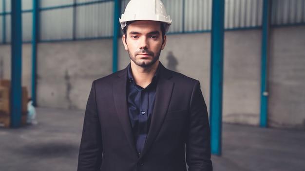 Direttore di fabbrica fiducioso ritratto indossando tuta e casco di sicurezza