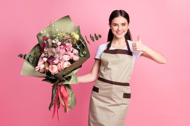 Ritratto del proprietario di boutique ragazza sicura che tiene in mano mostrando pollice in su