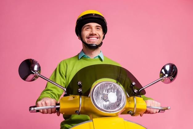 Ritratto di ragazzo fiducioso in sella a una moto