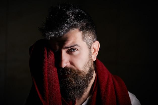 Ritratto di fiducioso bell'uomo barbuto