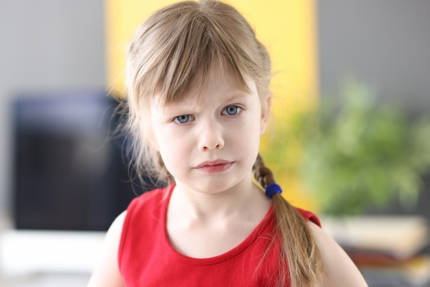 Ritratto di bambina sicura di sé con i capelli biondi