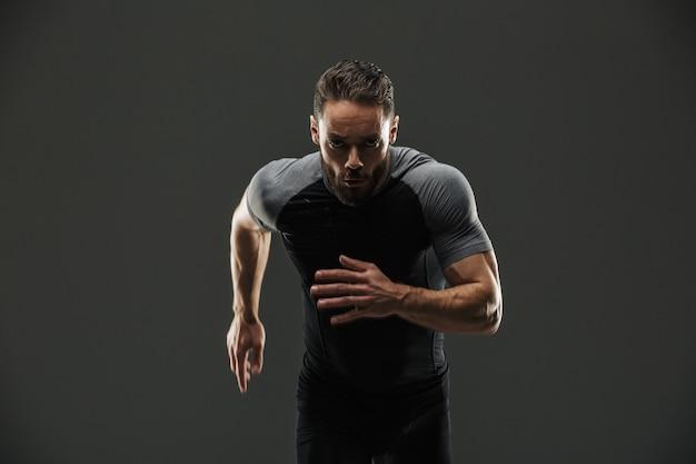 Ritratto di uno sportivo muscoloso fiducioso