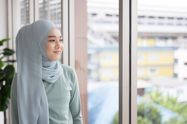 Ritratto di una ragazza musulmana fiduciosa in hijab