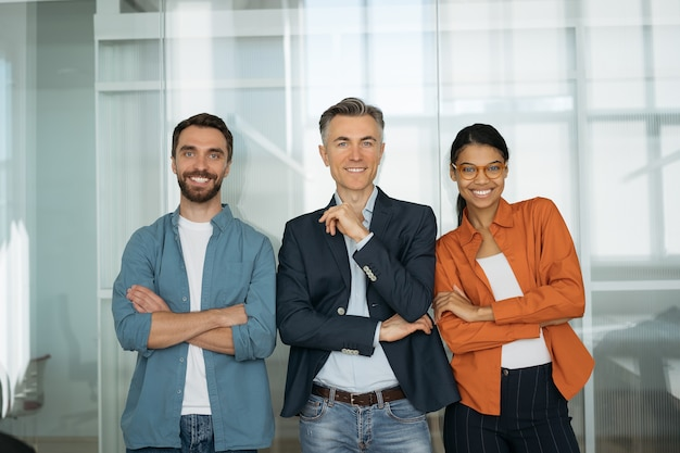 Ritratto di gente di affari sorridente fiduciosa che sta insieme
