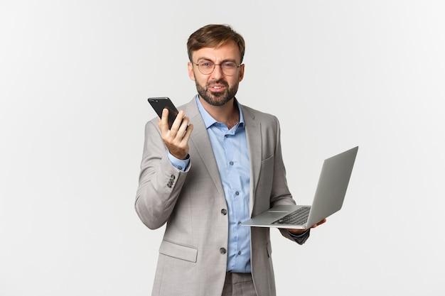 Ritratto di uomo d'affari confuso e occhiali, ricevere cattive notizie durante la telefonata
