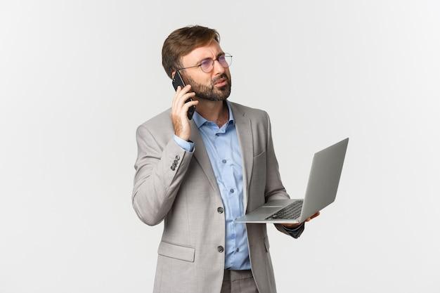 Ritratto di uomo d'affari confuso e occhiali, ricevere cattive notizie