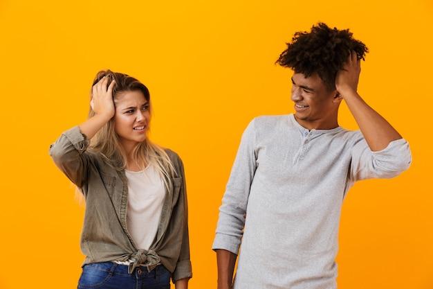 Ritratto di una coppia multietnica confusa