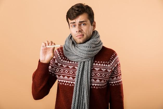Ritratto di un giovane ammalato confuso vestito di maglione