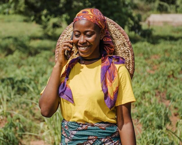 Ritratto di un operaio di campagna parlando al telefono