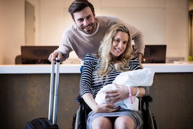 Ritratto delle coppie che tengono il loro bambino appena nato