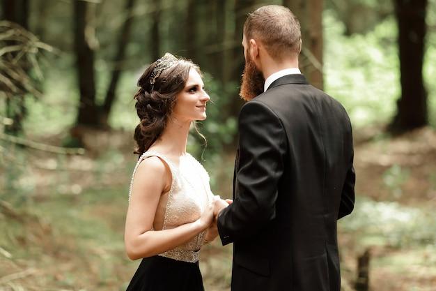 Ritratto di una coppia innamorata su uno sfondo di foresta