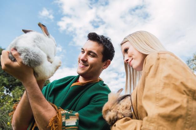 Ritratto di una coppia con un adorabile coniglio da compagnia