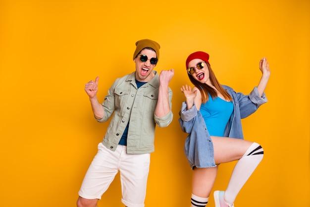Ritratto di pazzo energico trend uomo donna godere danza hip-hop party night club indossare camicia pantaloncini costume da bagno lunghi calzini bianchi denim jeans giacca isolato brillantezza colore sfondo