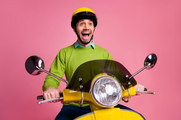 Ritratto di folle ragazzo felicissimo in sella a una moto