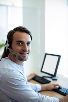 Ritratto di dirigente del servizio clienti che lavora in ufficio